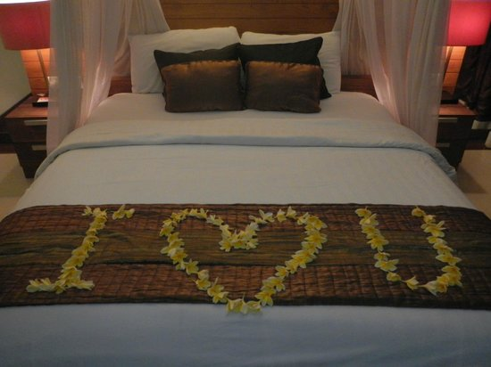 Grand Akhyati Villas and Spa: Staff were very sweet for our anniversary