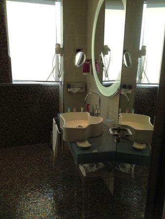 T Hotel: Modern bathroom
