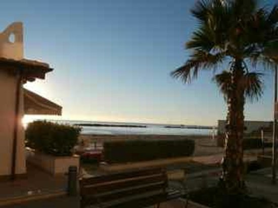 Hotel La Perla: Beachfront sunrise
