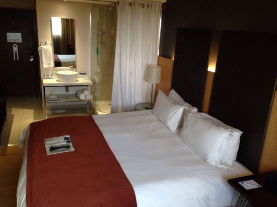 Protea Hotel by Marriott OR Tambo Airport: Bedroom king bed