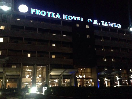 Protea Hotel by Marriott OR Tambo Airport: Night shot from outside pool / lounge area