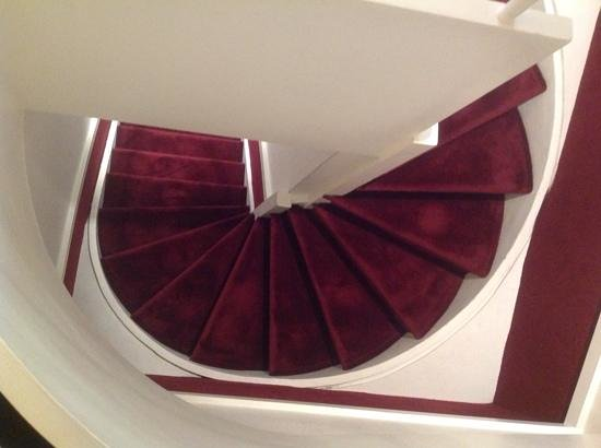 Hotel California Paris Champs Elysees: The winding stairs!