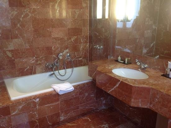 Hotel California Paris Champs Elysees: Large bathroom with lots of marble!