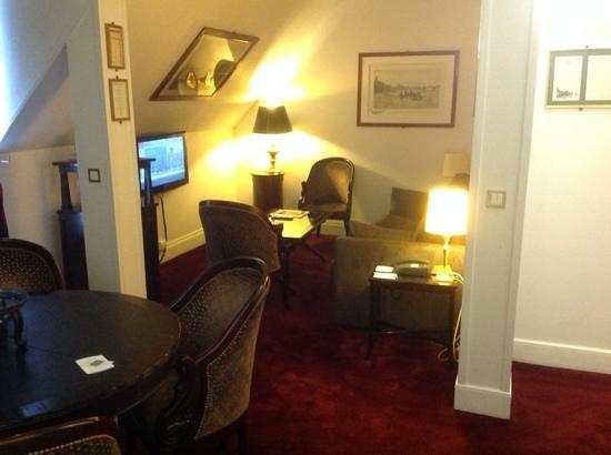 Hotel California Paris Champs Elysees: Suite sitting area