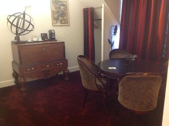 Hotel California Paris Champs Elysees: Suite dining area