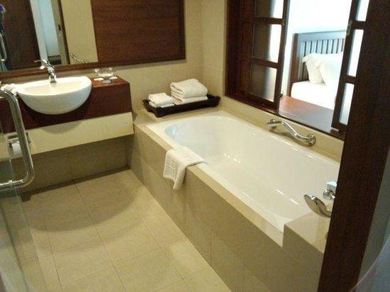 Suriwongse Hotel : Bathroom1