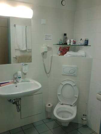 Kolpinghaus Wien Zentral: Ванная комната нашего номера