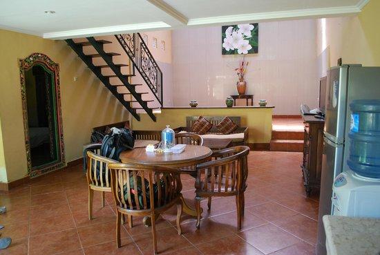 Kumpul Kumpul Villa III Seminyak: TV/Dining area