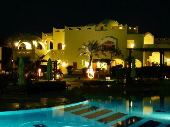 Regency Plaza Aqua Park & Spa Resort : отель вечер