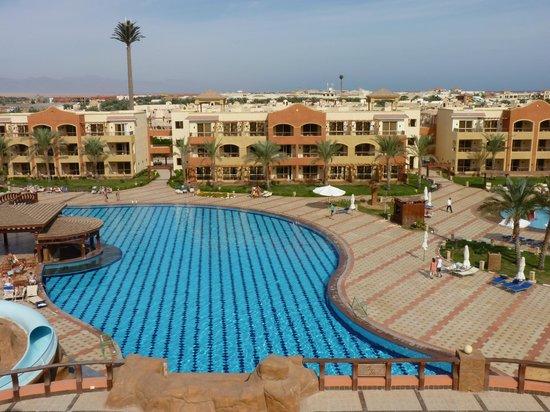Regency Plaza Aqua Park & Spa Resort : вид на бассейн с горки аквапарка