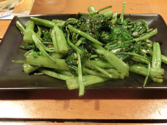 Nin-Nikuya Grotto: 空芯菜だっけ?サイパンでとれた野菜の中華風炒め。ピリ辛でおいしい