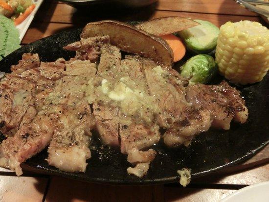 Nin-Nikuya Grotto: 写真撮る前にカットしちゃいました。にんにくたっぷり柔らかステーキです。