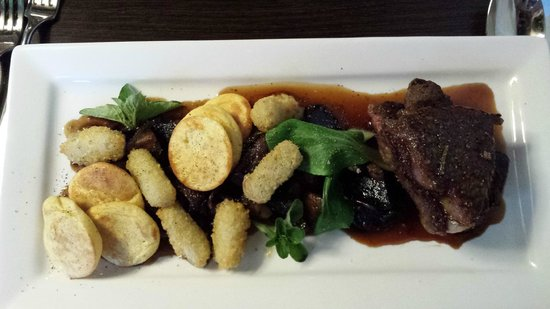 Pitches Store : Sirloin Steak with Roasted potatoes & mushrooms & pinot ju