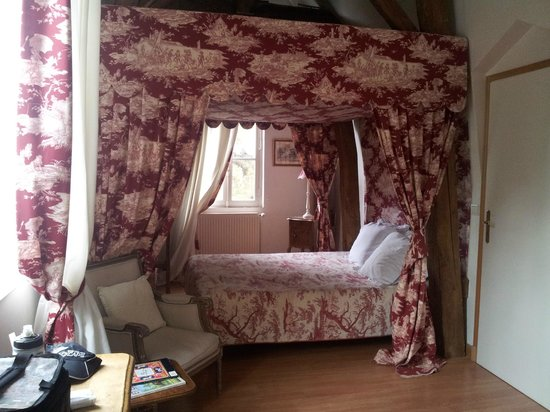 Chateau de Beaulieu : our beautiful four poster bed