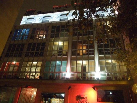 Hotel Fernán González: Fachada del hotel de noche
