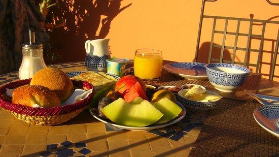Riad Al Rimal: Crepes, fruta fresca, zumo, café...