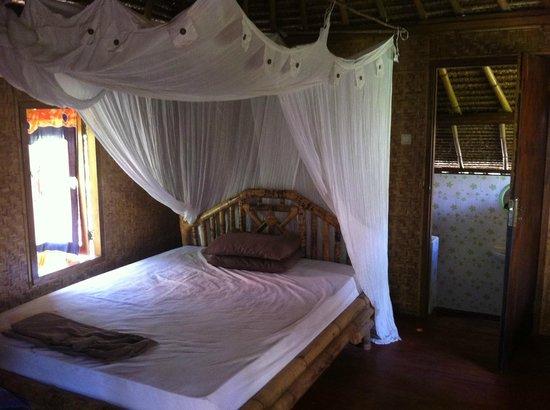 Gili Air Santay: Zimmer, die Tür führt zum Bad