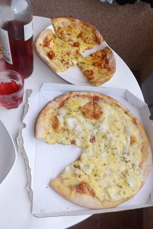 The Red Cow Restaurant & Sports Lounge : cheese & onoin pizza & curry pizza