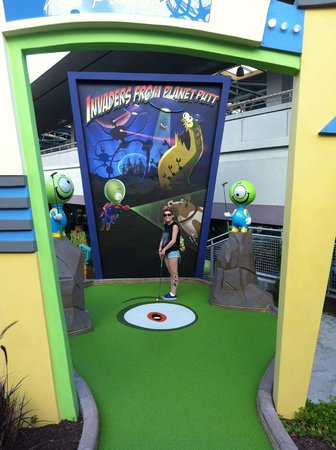 Hollywood Drive-in Golf: Invaders from planet putt