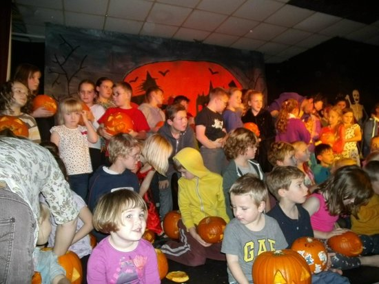 Romney Sands Holiday Park - Park Resorts: Kids show off there pumkins