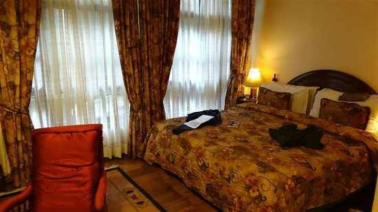 The Elgin, Darjeeling: note proximity of window, making getting in and out of bed diificult