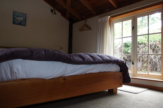 Dylans Country Cottages: Kind bed on the 1st Floor beside a private balcony