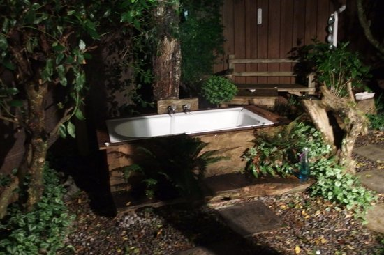 Dylans Country Cottages: Outdoor Bath tub