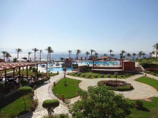 Aquamarine Sun Flower Resort : Prachtig uitzicht op het zwembad en strand