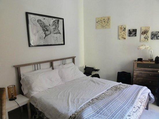B&B Il Ruscello : La chambre, claire et très joliment décorée