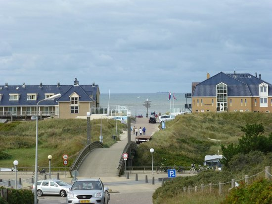 Strandhotel Noordzee: Hotel and beach from the road