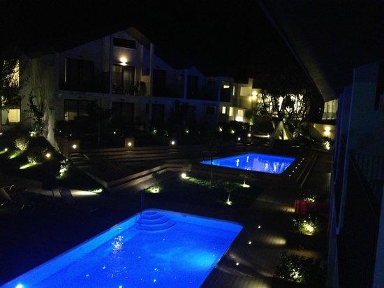 Aqua Bay Hotel: Del av Hotelområdet fr vår balkong kvällstid!