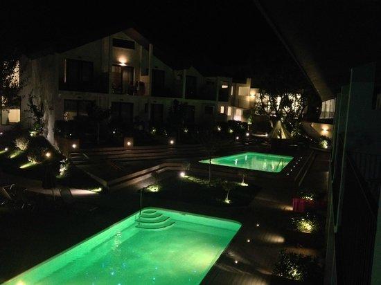 Aqua Bay Hotel: Del av Hotelområdet på kvällen