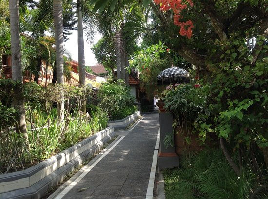 Dewa Bharata Kuta Bungalow: The grounds