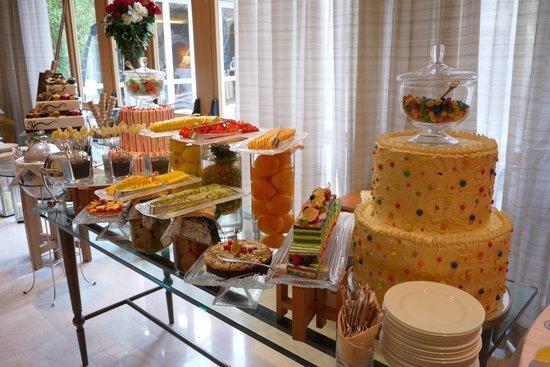 Four Seasons Hotel Milano : サンデーブランチのデザート(ほんの一部)