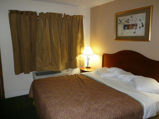 Canadas Best Value Inn: Bedroom