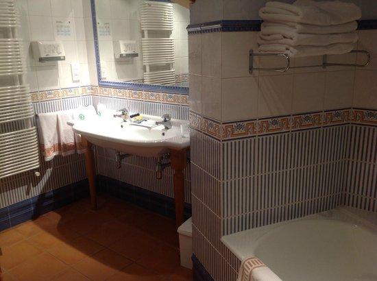 Cuarto de baño. Lavabo doble, bañera y ducha con hidromasaje ...