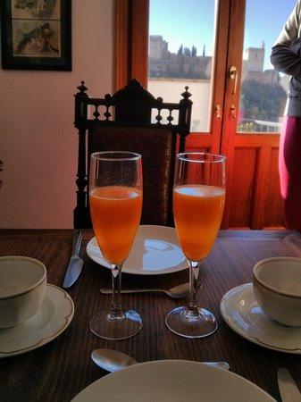 Las-Tres-Terrazas: desayuno preparado con la Alhambra al frente