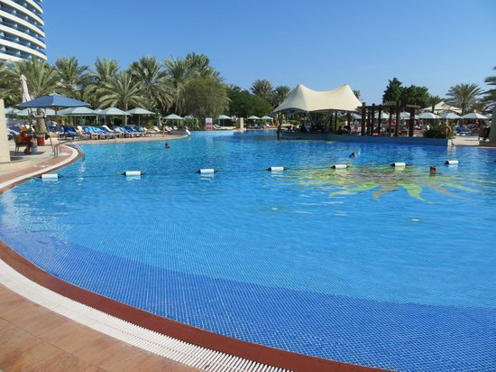 Le Meridien Al Aqah Beach Resort: Pool with view from shallow end, perfect for kids.