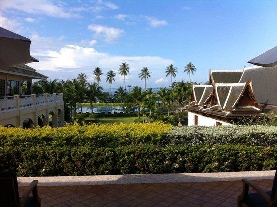 Sofitel Krabi Phokeethra Golf & Spa Resort : Vue sur le parc avec piscine