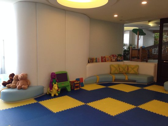Grande Centre Point Hotel Ratchadamri: Play ground same floor as swimming pool