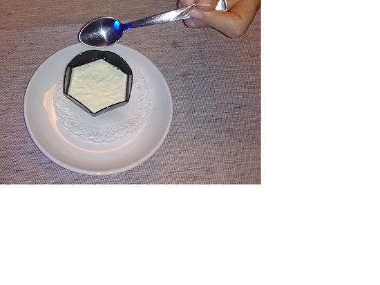 Black Hotel : Panacotta en pot plastique : appréciez la taille !
