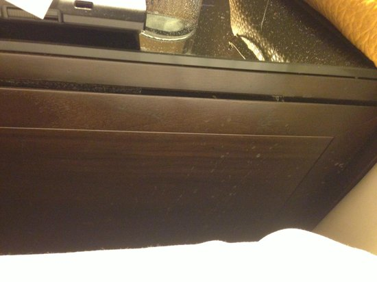 Renaissance Brussels Hotel: Stains on the side table