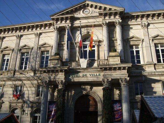 市庁舎なのに'HOTEL DE VILLE'と書いてあってビックリ!