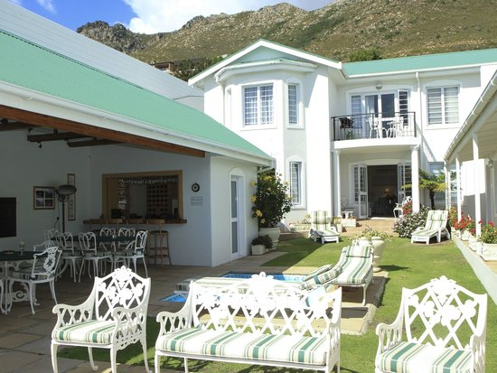 Gordon's Beach Lodge: Pool & entertainment area