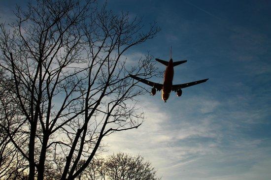 Dorint Berlin Airport Tegel : Летают над самой головой - рай для споттеров