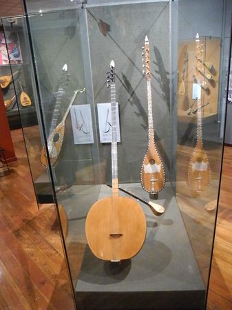 Museum of Greek Popular Musical Instruments : Bouzouki av olika slag