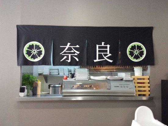 Nara Restaurant: En el NARA puedes ver como elaboran el sushi,ya que su cocina está abierta al salón,también se p