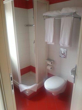 HL Hotel Campidoglio: Bagno pulito camera 207