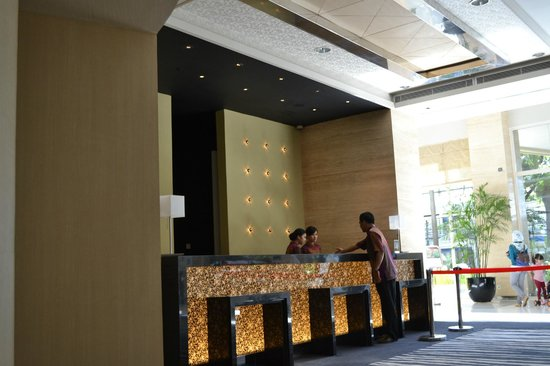 Holiday Inn Bandung: Check-in counter in hotel lobby
