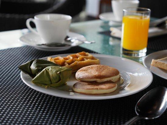 Padma Hotel Bandung: Breakfast - local delights